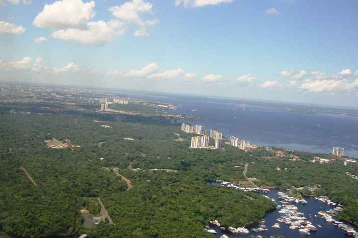 Vista aérea do Rio Negro, na área urbana de Manaus, AM