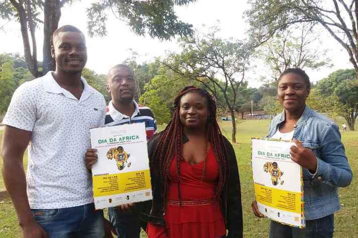 Os estudantes Siad Amadou (Benin), Esperant Chardevy (República do Congo), Princess Kambilo (República Democrática do Congo) e Gracia Wanatu (República Democrática do Congo), alguns dos organizadores do evento