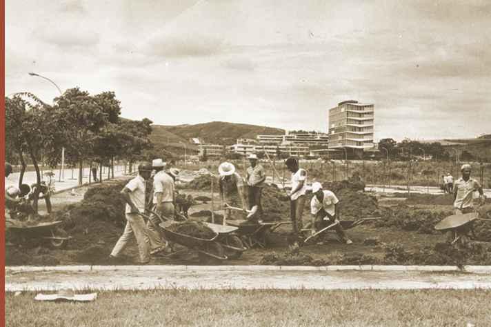 Obras no campus Pampulha da UFMG na década de 1960. Ao fundo, prédio da Reitoria da Universidade.