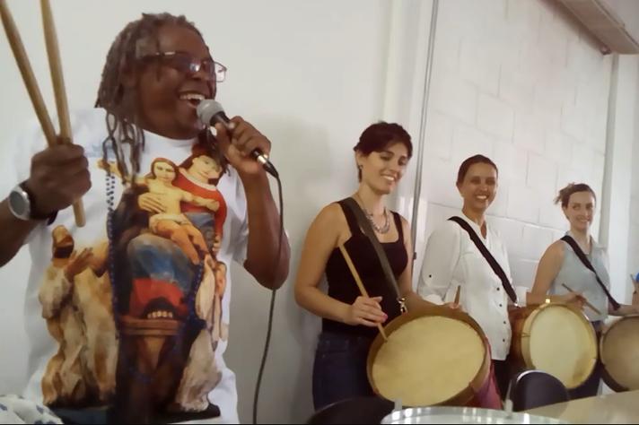 O 'tamborzeiro' Maurício Tizumba em ensaio do bloco
