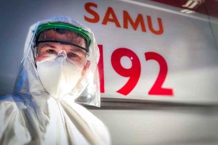 Técnico do Samu com protetor facial: SUS é vantagem competitiva para o Brasil