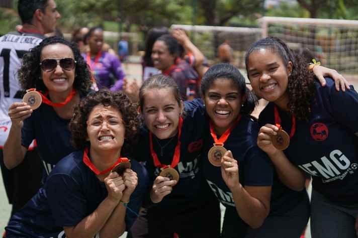 Time feminino que disputou a competição em 2018, formado por bolsistas e funcionárias