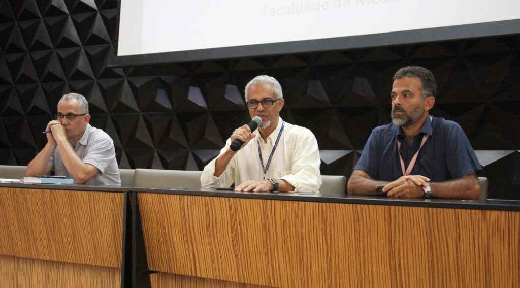 Professores Alexandre Ferreira, Humberto Alves e Unaí Tupinambás compuseram a mesa do seminário