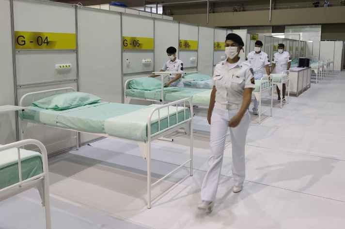 Hospital de campanha construído no Expominas com  leitos à espera de pacientes graves: cena induz à falsa sensação de que Covid-19 está sob controle.