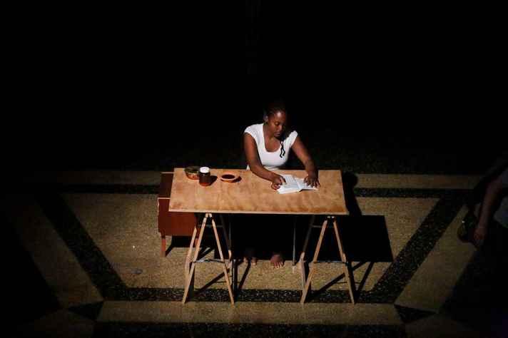 Priscila Rezende na performance 'Reeducação'