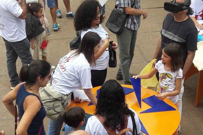 Jogos do Museu Ponto UFMG atraíram crianças e adultos que passavam pela Praça da Liberdade