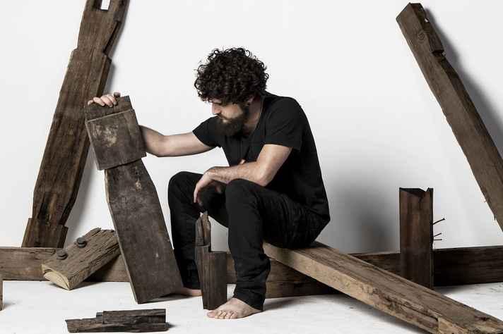 Coleção Memória reúne trabalhos feitos com madeiras originais do casarão que abriga o Espaço Comum Luiz Estrela.