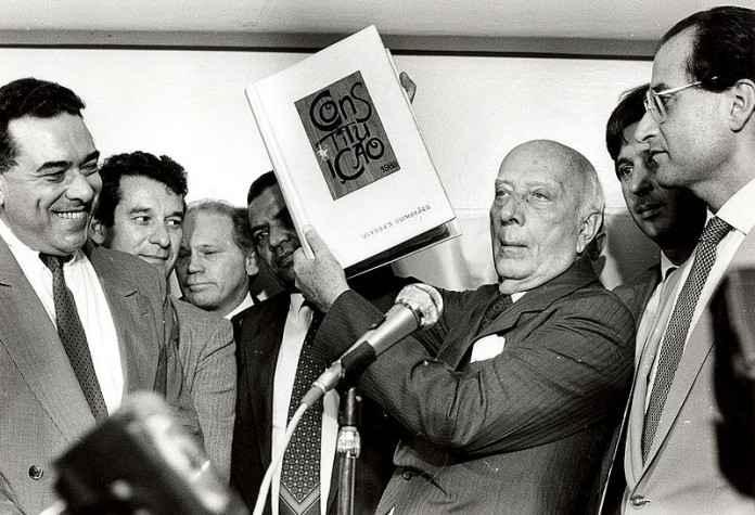 Evento será realizado em celebração aos 30 anos da Constituição; Deputado Ulysses Guimarães ergue o primeira versão da nova constituinte