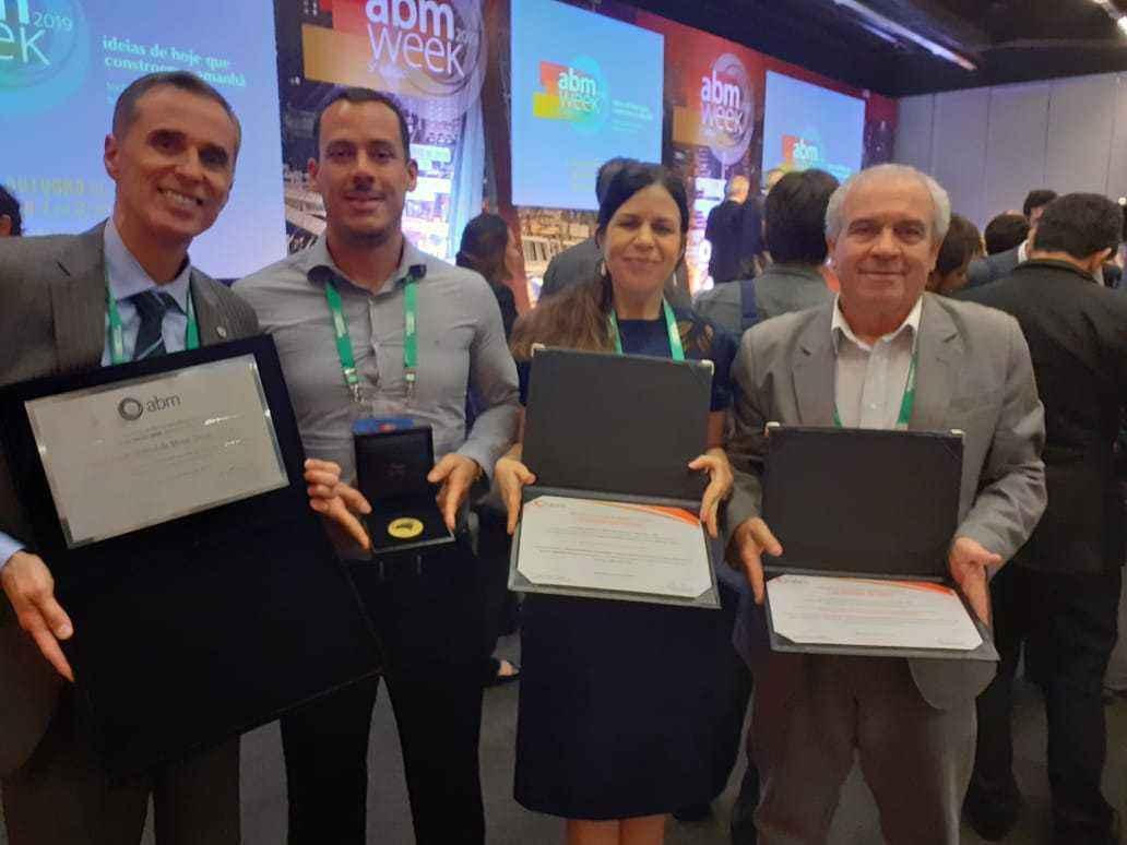 Alessandro Moreira e os professores Leandro Rocha Lemos, Aline Lima da Silva e Dagoberto Brandão Santos, da Escola de Engenharia