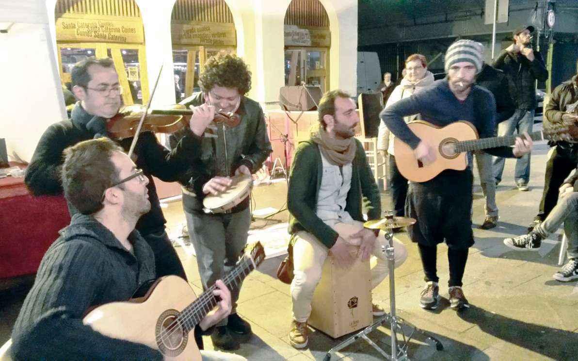 Grupo de músicos italianos se apresente em frente ao Mercado Santa Caterina, em Barcelona