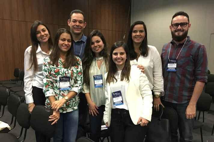 Mayara (em primeiro plano) e parte da equipe envolvida na pesquisa apresentada no congresso