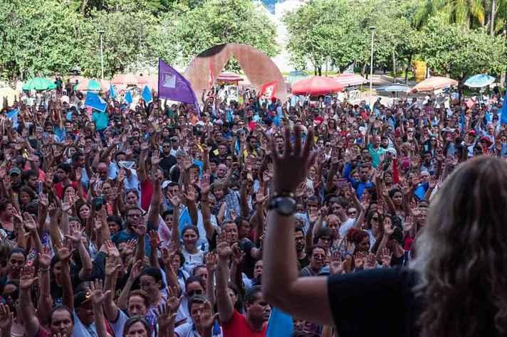 Em Minas, professores defendem reajuste do piso e pagamento em dia