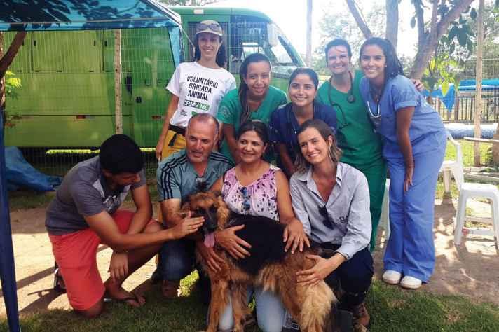Cadela 31 com seus tutores e integrantes do Hospital Veterinário