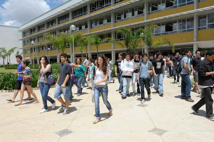 Estudantes na entrada do CAD 1, no campus Pampulha
