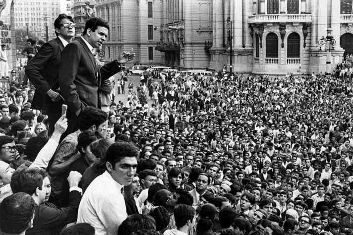 O líder estudantil Vladimir Palmeira discursa na Cinelândia, Rio de Janeiro, em agosto de 1968.