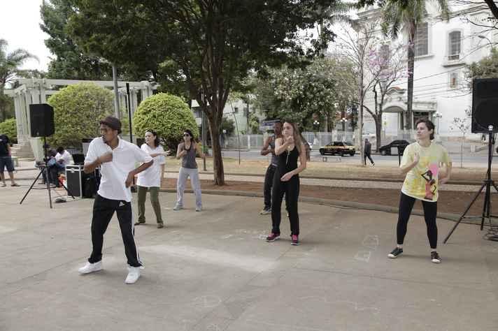 Black A comanda a aula Danças urbanas - popping e locking