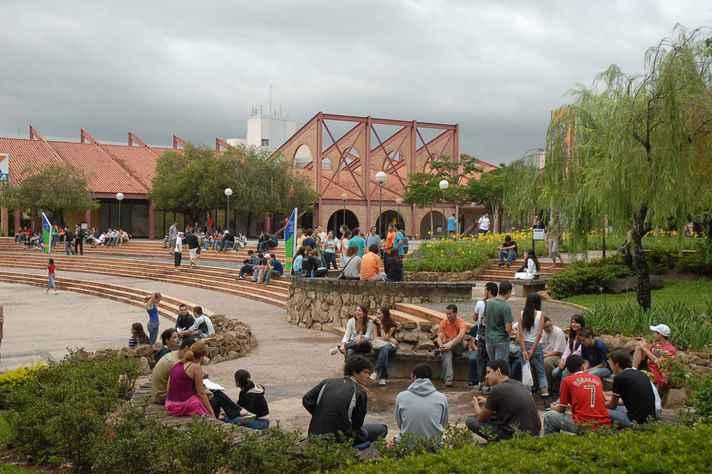 Alunos reunidos na Praça de Serviços, no campus Pampulha: UFMG mantém 23 cursos entre os três melhores do país