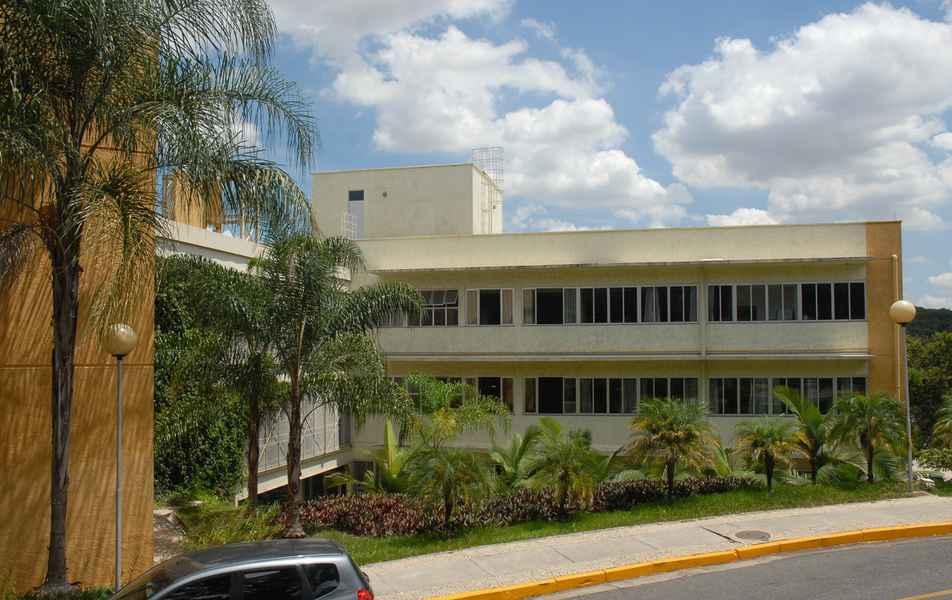 Visão parcial do prédio da Faculdade de Farmácia
