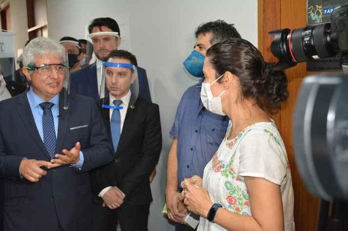 Ministro recebe explicações dos professores e pesquisadores da UFMG, Mauro Teixeira e Betânia Drumond