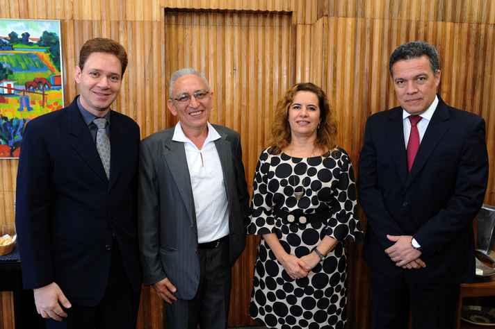 Cristiano Bickel, diretor da EBA, Adolfo Cifuentes, no vice-diretor, a vice-reitora Sandra Goulart Almeida e o reitor Jaime Ramírez