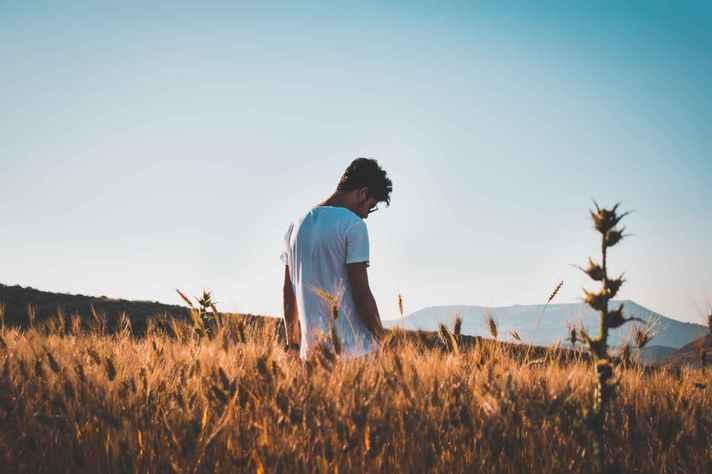Jovens de 15 a 29 anos são uma população mais vulnerável ao suicídio, segundo a OMS