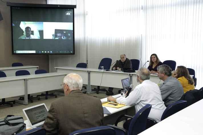 Membros do Conselho Consultivo da AUGM, na sala de sessões da Reitoria, em videoconferência  com reitores do Uruguai e Bolívia
