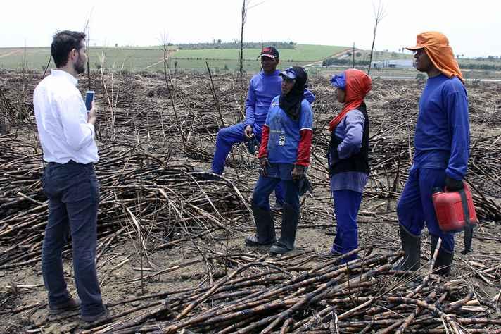 Auditor fiscal do trabalho conversa com trabalhadores em colheita de cana no extremo sul da Bahia, em novembro de 2017. Falta dos equipamentos de proteção individual exigidos e de locais adequados para alimentação foram alguns dos problemas encontrados durante a fiscalização