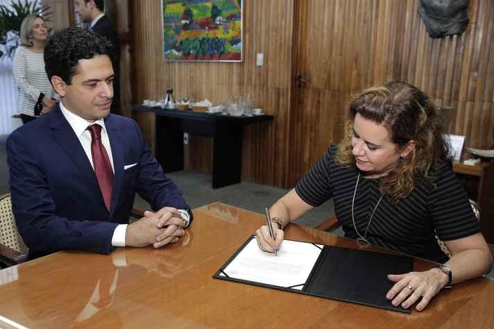 Reitora Sandra Goulart Almeida dá posse a Henrique de Melo Secco, novo procurador-chefe da Procuradoria Federal na UFMG