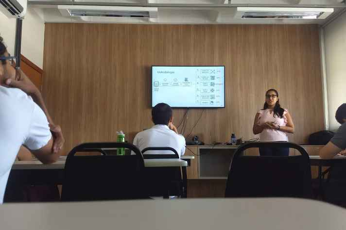 Bárbara Silveira durante a defesa: caracterização dos usuários de quatro grandes comunidades