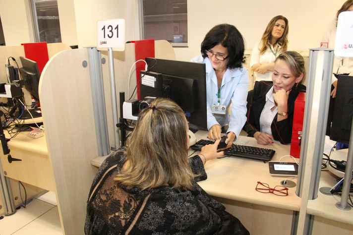 Eleitora faz recadastramento biométrico em posto do TRE