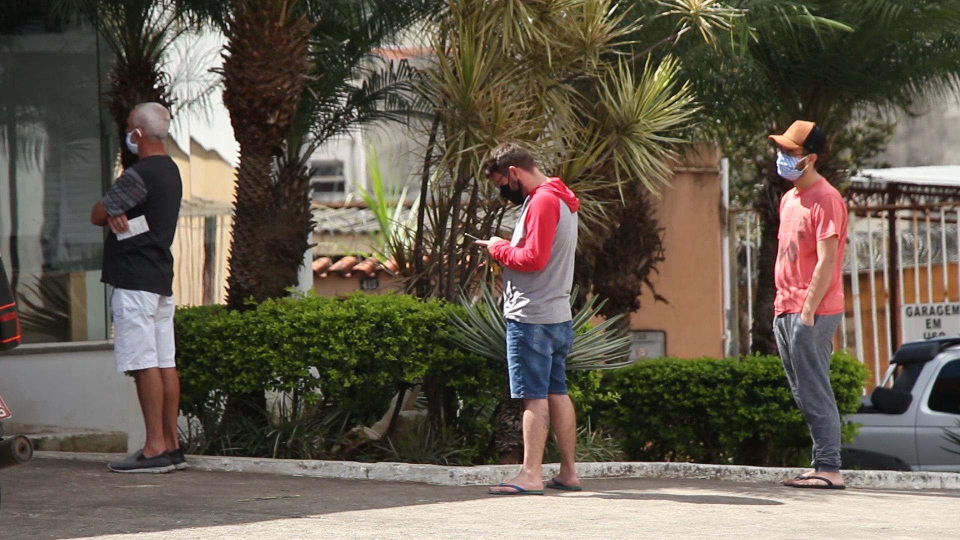 Em espaços públicos, as pessoas devem manter uma distância de segurança entre si