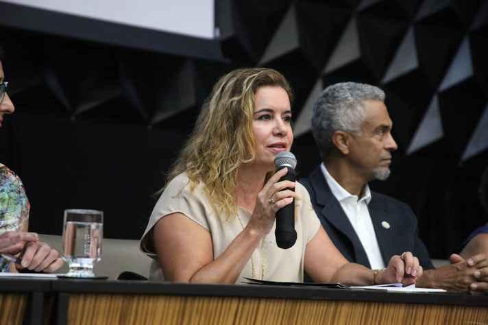 Reitora Sandra Goulart Almeida ao lado do diretor da Faculdade de Medicina, Humberto José Alves