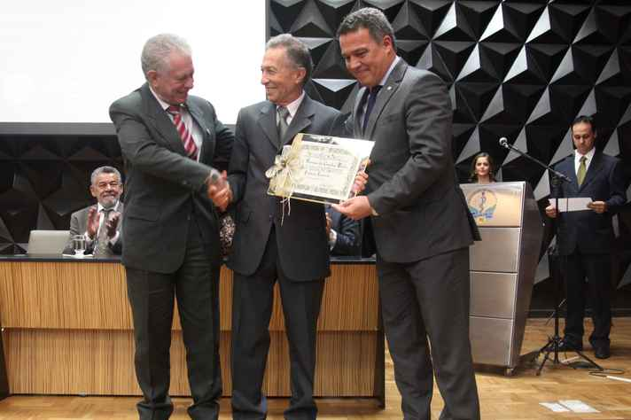 Professor José Renan (centro) recebeu o diploma das mãos do diretor Tarcizo Nunes e do reitor Jaime Ramírez