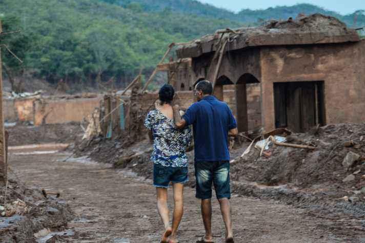 Casal caminha em área atingida pelo rompimento da barragem de Mariana: aspecto humano não pode ser dissociado da questão técnica