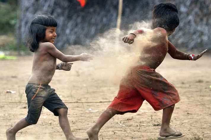 Crianças Yanomami brincam em aldeia