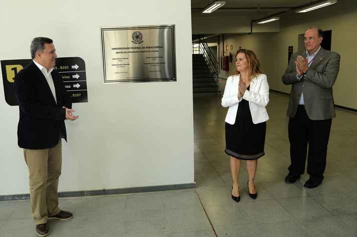 O reitor Jaime Ramírez, a vice-reitora Sandra Goulart Almeida e o pró-reitor Mário Campos junto à placa do novo CAD