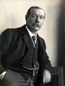 Arthur Conan Doyle, mundialmente famoso por obras sobre o detetive Sherlock Holmes