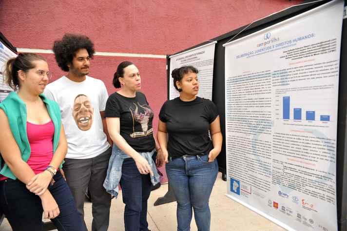 Integrantes do Grupo de Pesquisa em Mídia e Esfera Pública da UFMG apresentam trabalho sobre capacidades deliberativas no ensino básico