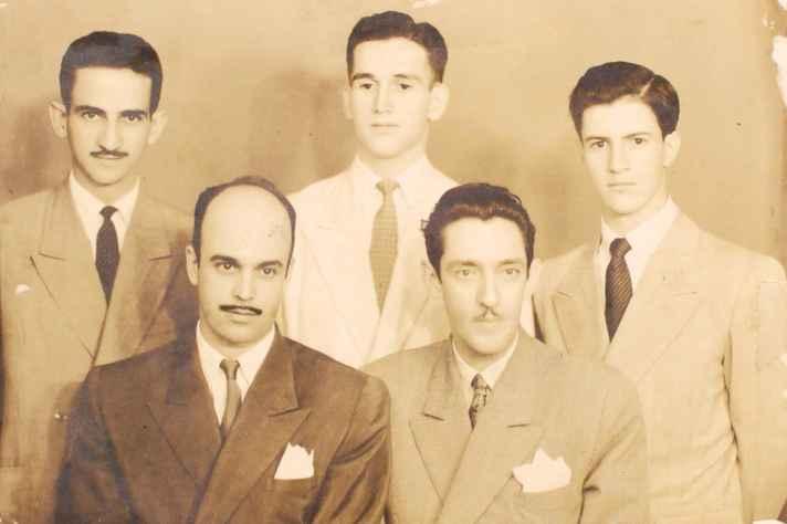Foto de 1943, na qual figuram em pé, da esquerda para a direita: Otto Lara Resende, Fernando Sabino e Paulo Mendes Campos. Sentados: Murilo Rubião e Emílio Moura