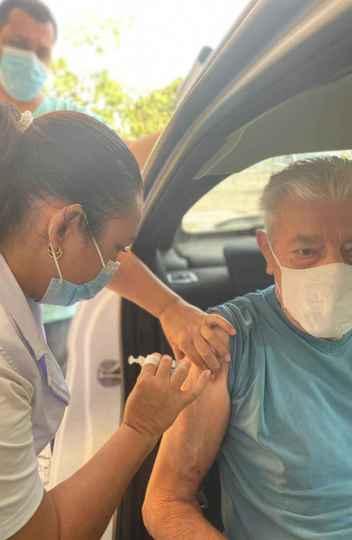 Idoso toma a segunda dose da Coronavac no campus Pampulha