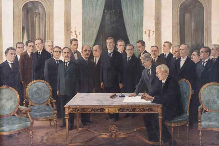 Tela pintada por Gentil Garcez representa a solenidade em que o presidente de Minas, Antônio Carlos de Andrada, sanciona o projeto de criação da Universidade de Minas Gerais.
