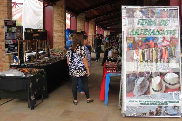 Feira de artesanato expõe produtos na Praça de Serviços desde 2005