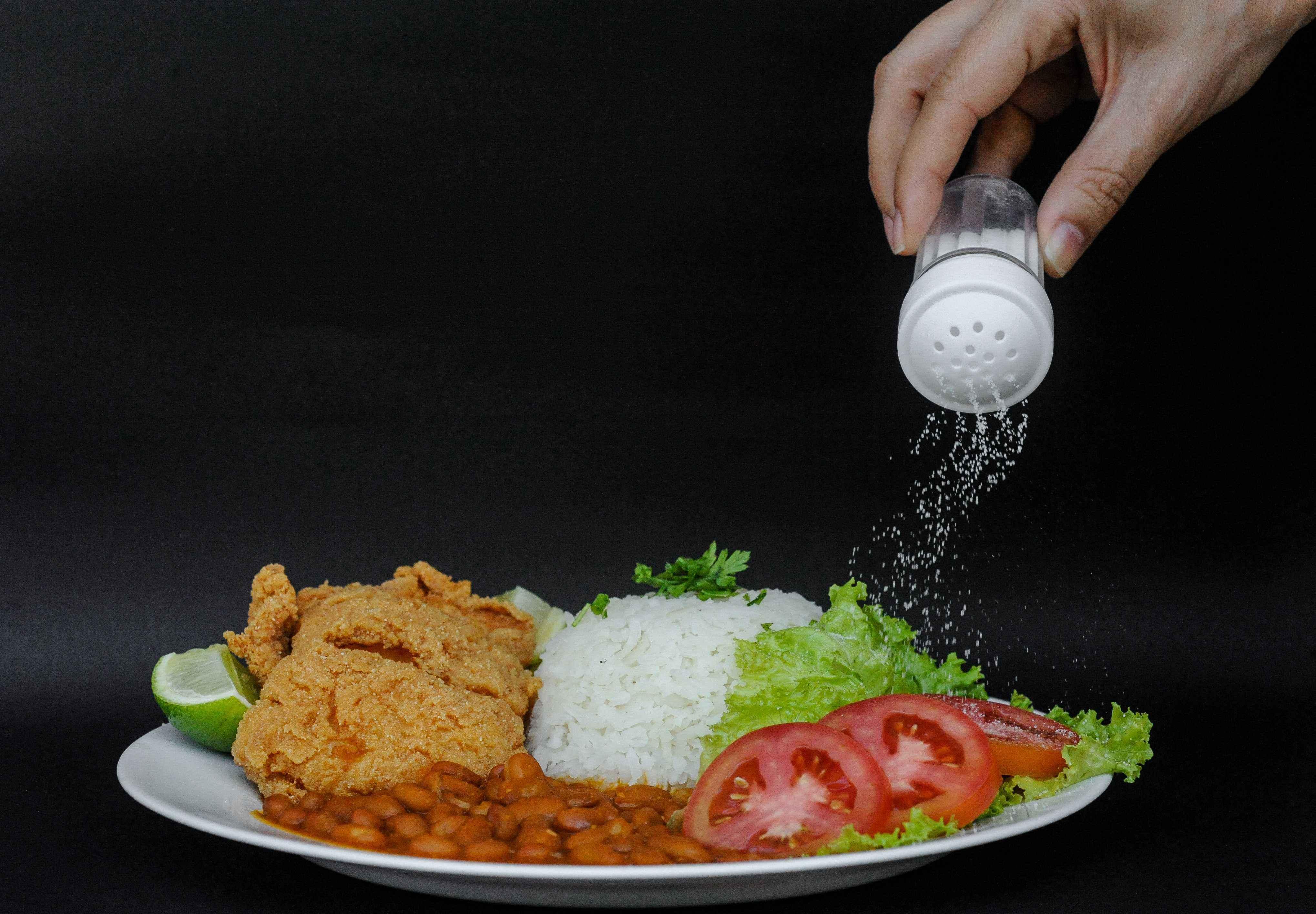 Brasileiro consome duas vezes mais sal de cozinha do que o recomendado pela OMS
