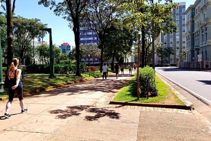 Na Praça da Liberdade, no último final de semana, pessoas fazem caminhadas