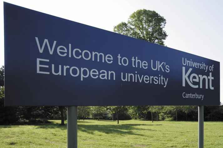 Placa de boas-vindas no campus da Universidade de Kent, na Inglaterra. A instituição mantém acordo de intercâmbio com a UFMG por meio do Programa Minas Mundi