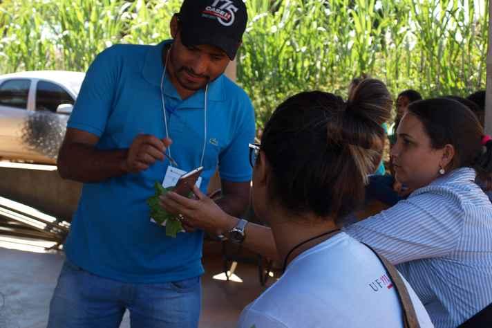A produtora rural Sirley Veloso (de camisa azul com listras brancas) tira dúvidas sobre pragas na oficina de hidroponia