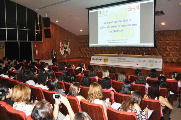 Palestra da professora Adaliene Versiani no 1º Simpósio de Obesidade e Distúrbios Metabólicos
