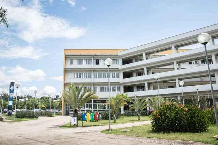 Fachada do prédio da Escola de Engenharia, no campus Pampulha, sede do Programa