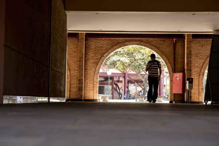 Praça de Serviços, no campus Pampulha, antes da pandemia: