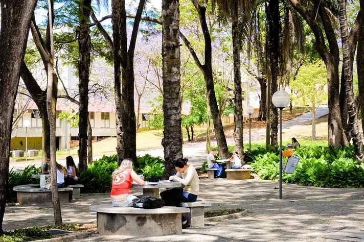 Alunos em área externa do campus Pampulha